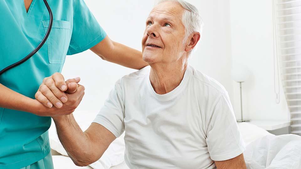 Der Rücken wird oft stark belastet während der pflegerischen Tätigkeiten.