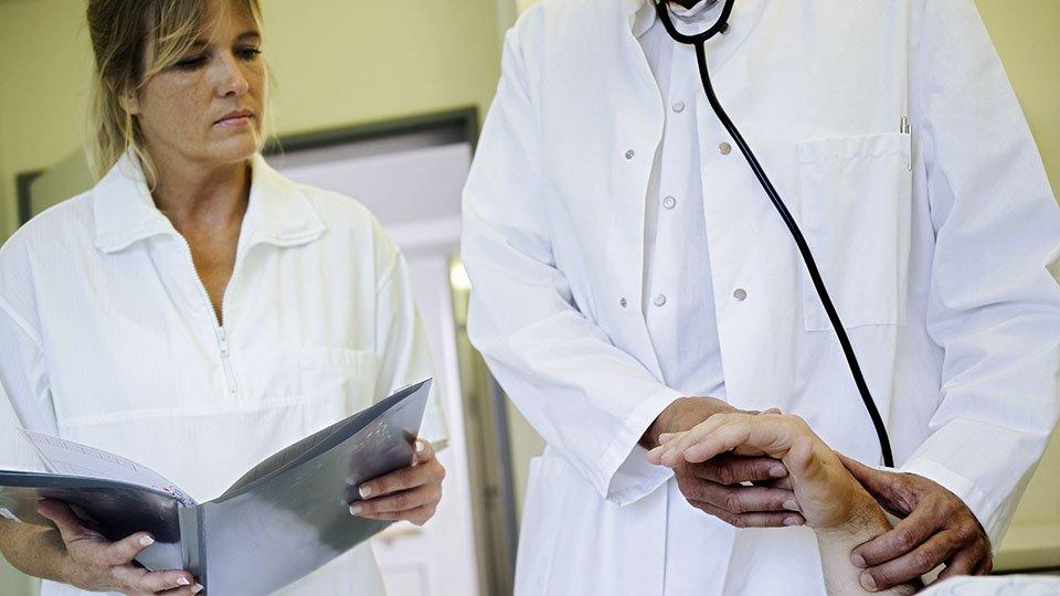 Die hygienisch fehlerhafte Aufbereitung von Altenheim- und Krankenhauswäsche kann haftungsrechtliche Konsequenzen nach sich ziehen.