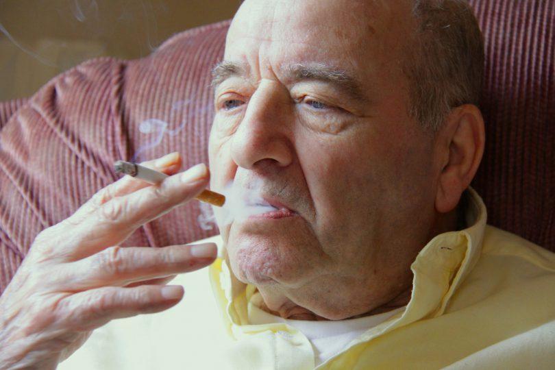 Kann Pflegeheimbewohnern der Tabakgenuss verboten werden?