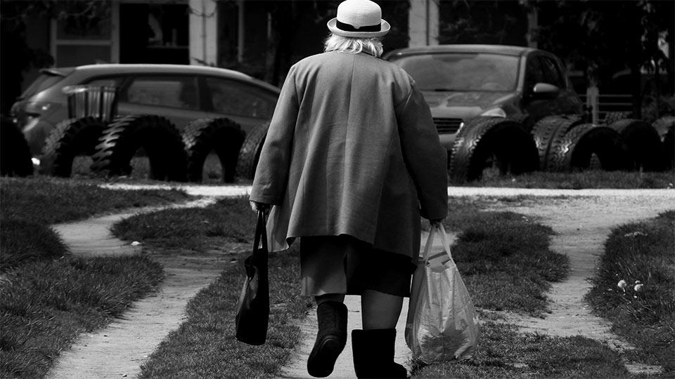 Eine ältere Dame macht sich auf den Weg. (Symbolfoto)