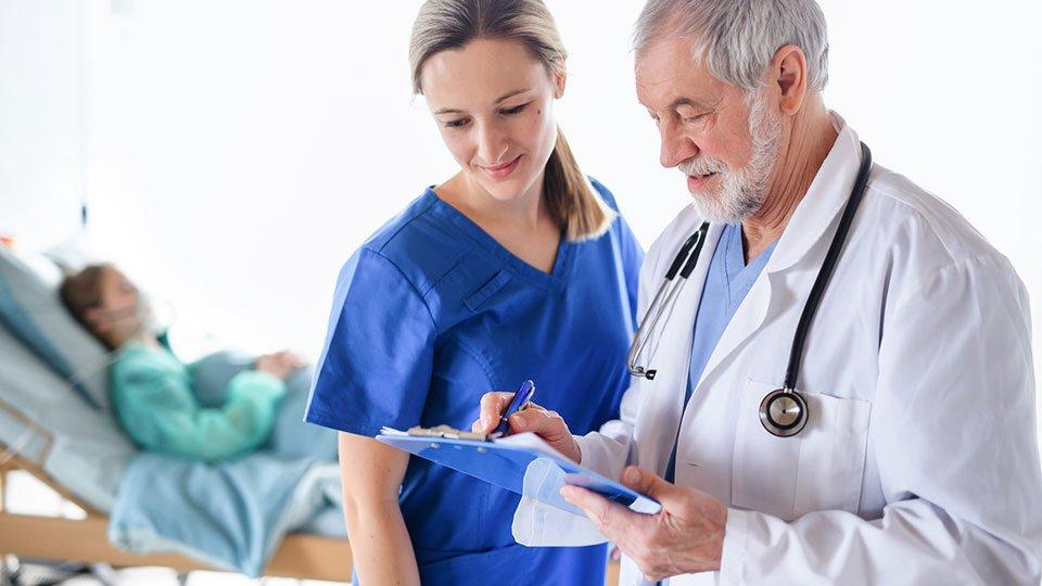 Die Übernahme heilkundlicher Tätigkeiten von Pflegefachpersonal steht seit Langem zur Debatte.